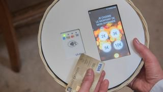 Religion connectée: payer la quête avec une carte de crédit sans contact, c'est possible à Paris
