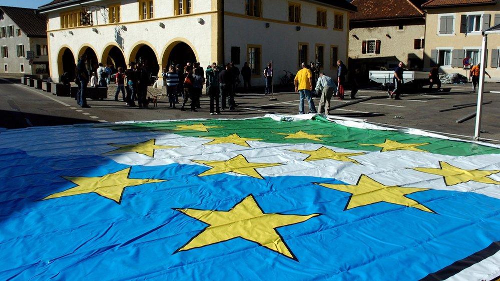 Le drapeau de la nouvelle commune de Val-de-Travers est déployé à Môtier ce 24 février 2008.