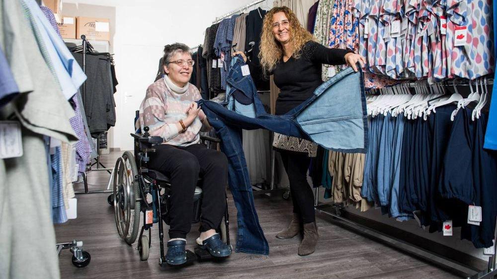 Dans sa boutique de Boudry, Paula Macherel vend des vêtements adaptés aux personnes en situation de handicap.