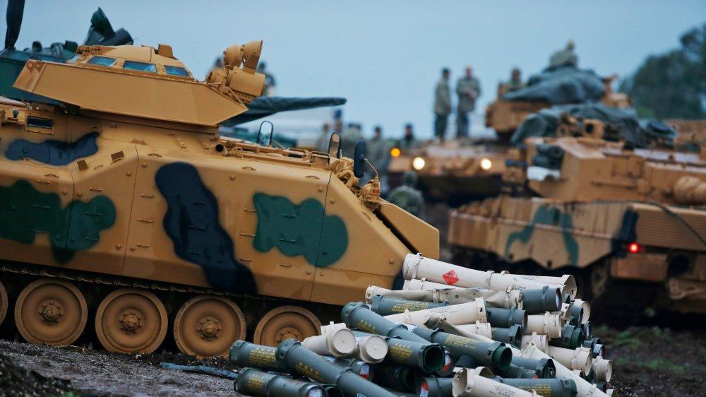 Des militaires turcs se préparent au combat.