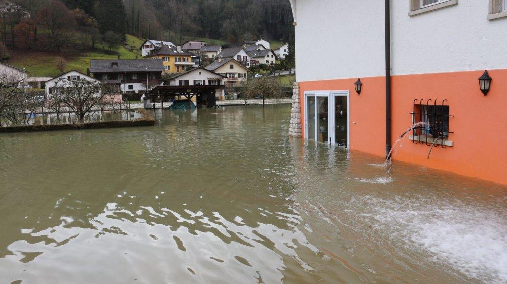 Sorti de son lit, le Doubs a répandu ses eaux jusqu'au niveau de la baie vitrée du salon.
