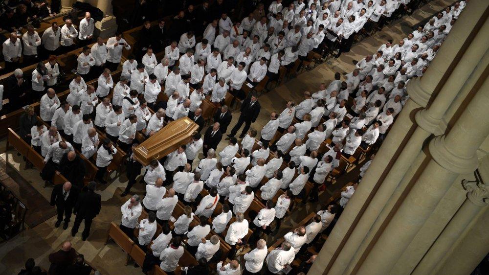 Dans la primatiale de Lyon, les vestes blanches des cuisiniers  l'emportaient, hier, sur les costumes sombres du deuil.