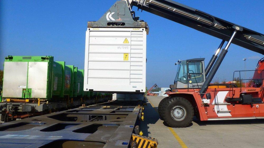Au terminal de Chavornay, les opérations de transbordement se font par manutention horizontale grâce à deux grues de levage d'une capacité de 45 tonnes.