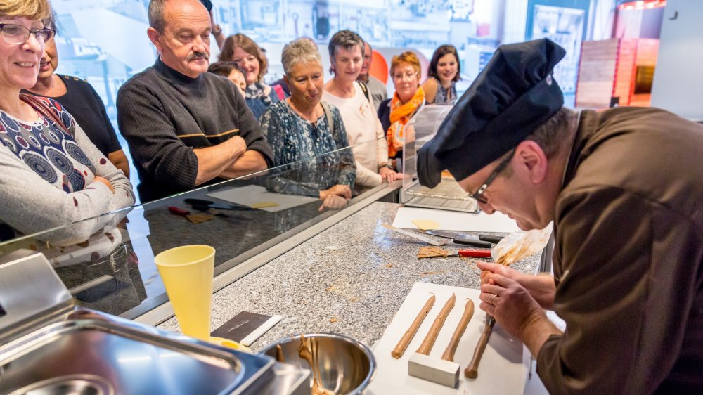 Les démonstrations et le contact avec l'équipe du centre sont très appréciés des visiteurs de Chez Camille Bloch.