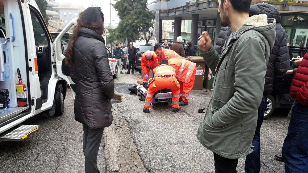Un jeune homme au crâne rasé a vidé deux chargeurs avec  un pistolet, alors qu'il circulait seul en voiture, à Macerata,  en Italie.