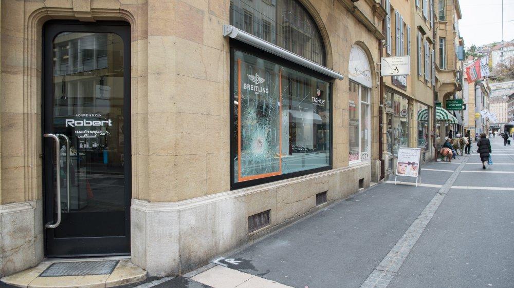 Les deux individus ont dérobé une quinzaine de montres, pour une valeur de 66000 francs, à la bijouterie Robert, au centre-ville de Neuchâtel.
