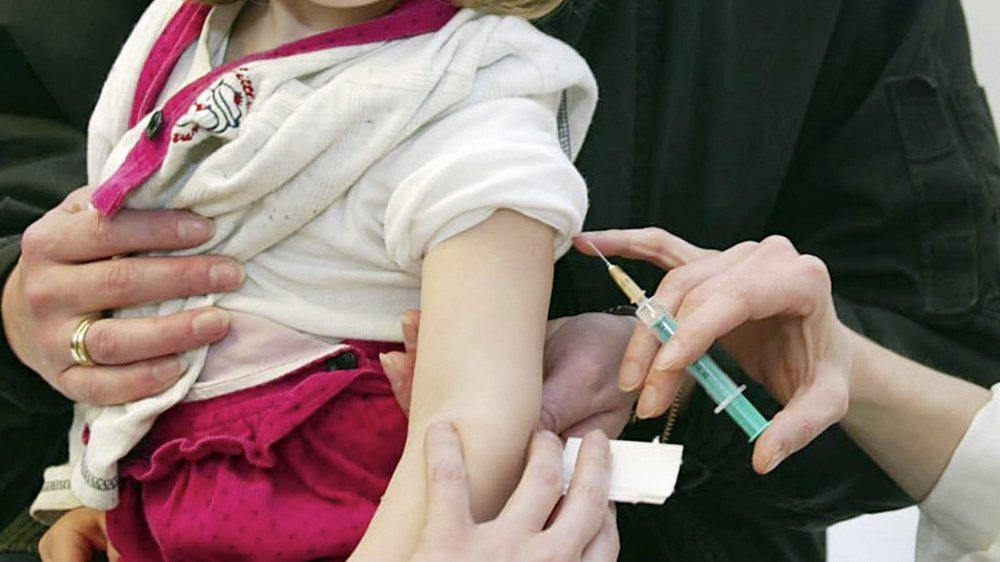 Près de 95% de la population neuchâteloise est vaccinée contre la rougeole, précise le médecin cantonal.