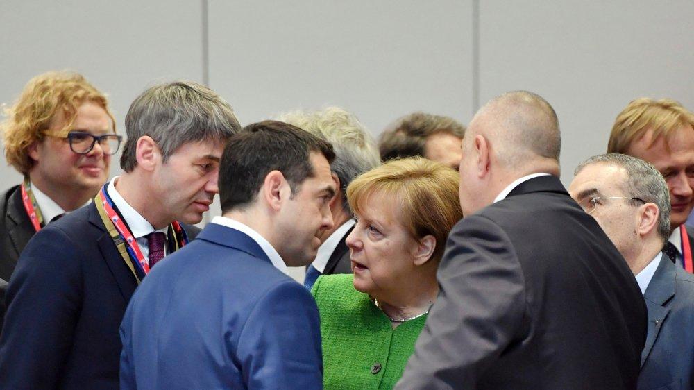 Angela Merkel (au centre), chancelière allemande, s'entretenait hier avec Alexis Tsipras (en bleu, à gauche), premier ministre grec,  et Boyko Borissov (à droite), premier ministre bulgare, à l'occasion d'un sommet européen informel tenu à Bruxelles.