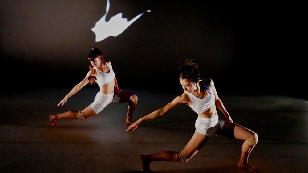 La chorégraphe et ses danseuses jouent sur le sentiment de déjà-vu.