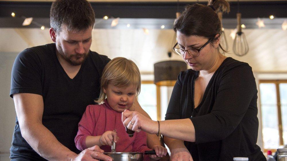 Alexandre et Nathalie Genet, accompagnés de leur fille Léonie, préparent une crème de jour avec des produits naturels à Buttes.