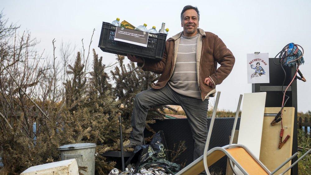 Franco Lotta est soutenu par Genilem pour lancer sa petite entreprise - Dechett'Man - de collecte de dechet recyclables auprès des particuliers. Il pose devant un tas de dechets pour le photographe, ce vendredi 9 février 2018, a Bevaix.(Leo Duperrex)