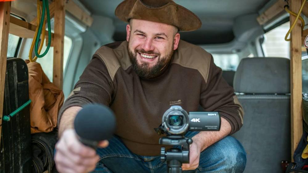 «Capitaine Besace» dans sa camionnette. Adrien Franchini rend visite à un producteur par semaine dans la région.