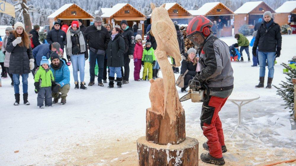 Eric Bindith dans ses oeuvres à la Fête du froid. Photo: Christian Galley