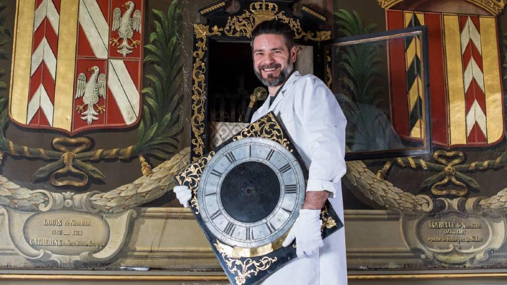 Christian Loutz effectue la restauration d'une pendule au château de Neuchâtel. Fabriquée en 1732 par Josué Robert, elle est intégrée au mur et donne l'heure des deux côtés! Christian Loutz a notamment recréé des aiguilles du 18e siècle afin de faire fonctionner à nouveau le système d'indication des heures de la salle voisine.