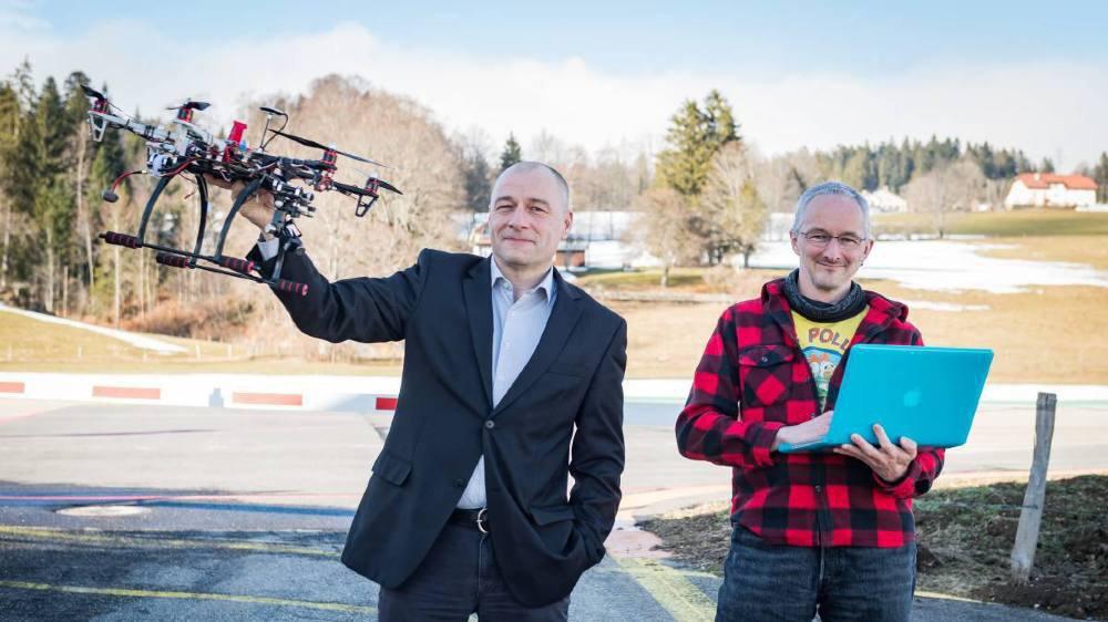 Au côté de son ami d'enfance Laurent Zimmerli, Georges Lozouet (à g.) brandit le drone «maison» qui a servi au premier épisode.