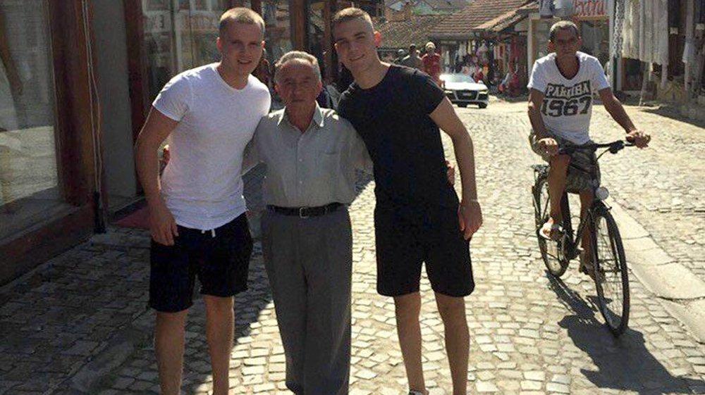 Dilan Qela (à droite), avec son frère et son grand-père dans la vieille ville de Gjakov, au Kosovo, à côté de son village d'origine.