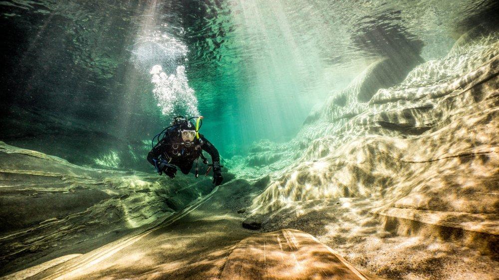 Au Val Versasca, lors d'une plongée avec son mari PascalFrancey. Cette photo est l'une des préférées de Cécile Francey. «Les conditions de lumières et de visibilité étaient exceptionnelles. Il y avait juste beaucoup de monde et il avait fallu se lever tôt!»