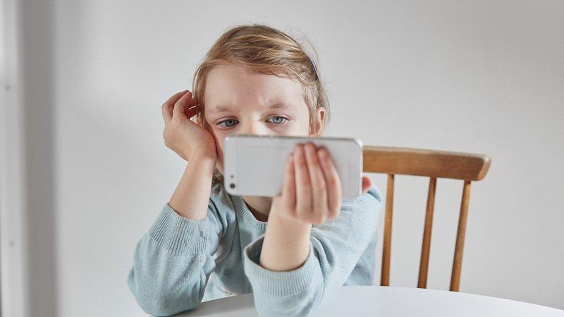 Les écrans accompagnent presque quotidiennement les enfants: aux parents de montrer l'exemple