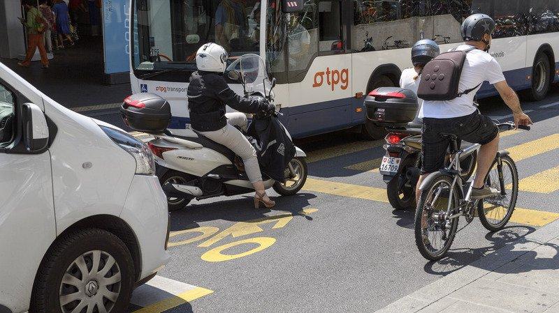 Pas de distance minimale imposée aux automobilistes pour dépasser les cyclistes