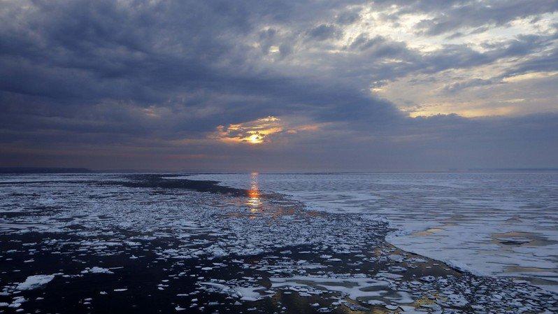 Le changement climatique entraîne la montée des océans, notamment par la fonte rapide des glaces dans les pôles.