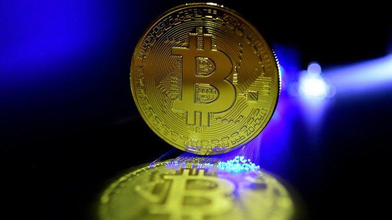 Monnaie virtuelle: le bitcoin passe sous les 6400 dollars