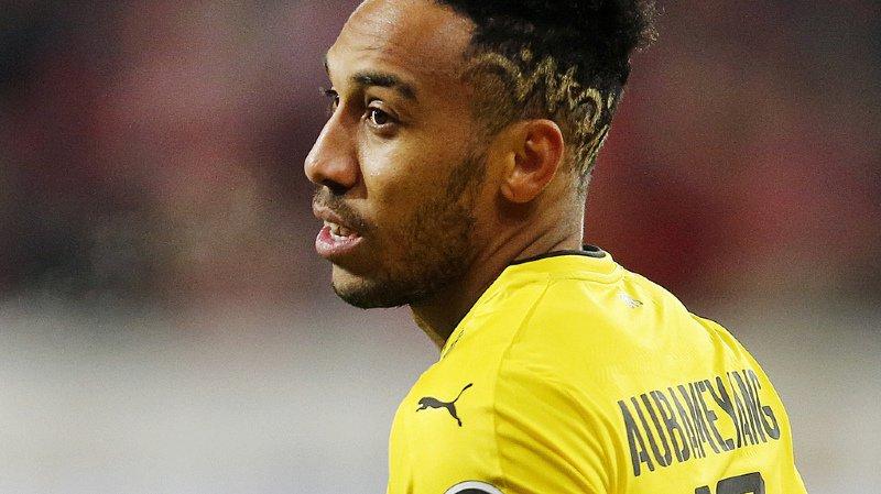 Football: les supporters du Borussia Dortmund déploient une banderole contre Aubameyang