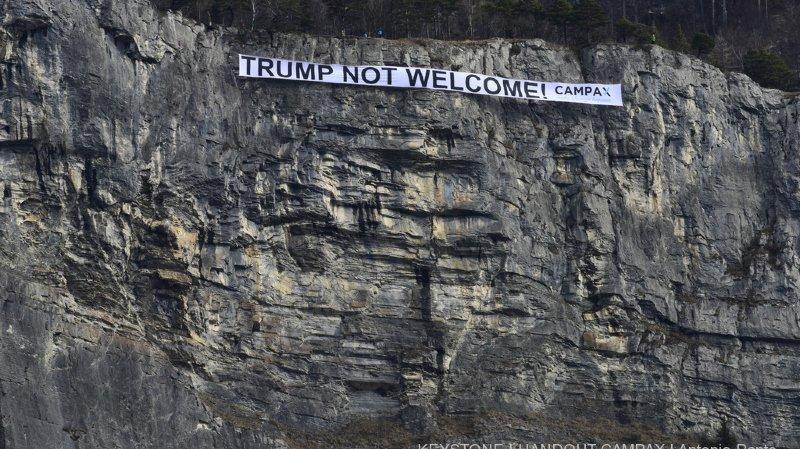 """WEF 2018: une banderole géante """"Trump pas bienvenu"""" déployée au passage de l'hélico du président américain"""