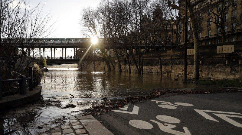 Après un mois de pluies exceptionnelles, la Seine atteignait 5,70 mètres samedi à 09h00, soit plus de quatre mètres au-dessus de son niveau en temps normal.