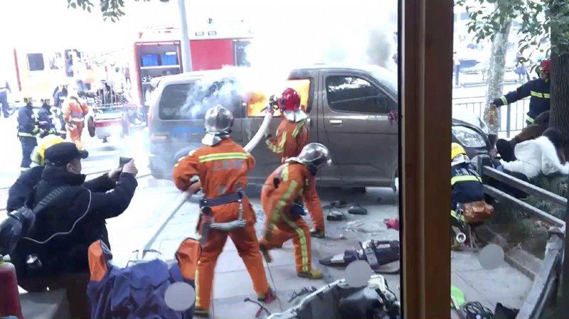 Shanghai: une fourgonnette prend feu et renverse des piétons, 18 blessés