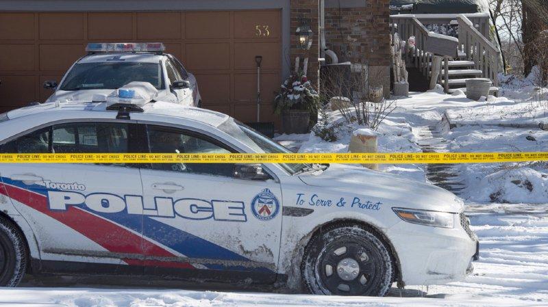 Un jardinier de Toronto, accusé d'avoir tué des homosexuels, a été inculpé vendredi d'un sixième meurtre à la suite de l'identification des restes d'un corps découverts dans des jardinières.