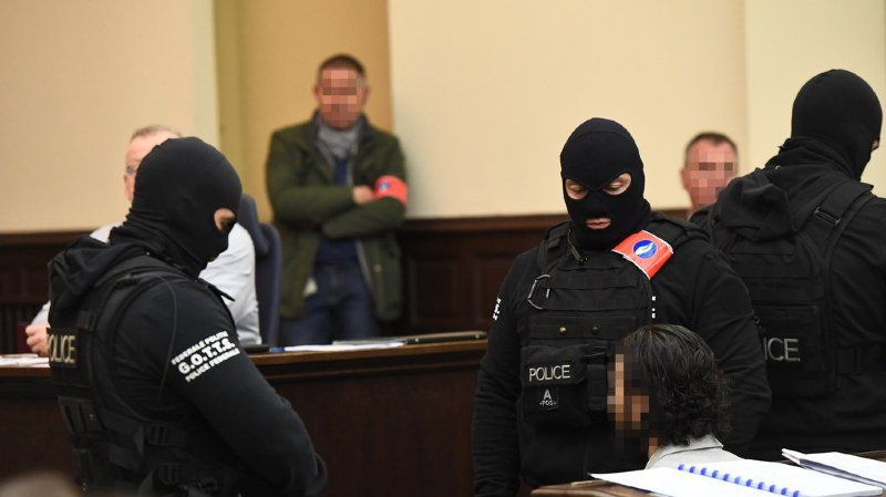 Procès Abdeslam: Salah Abdeslam défie la justice au nom d'Allah