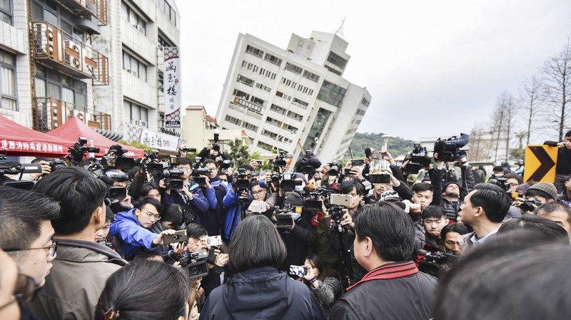 Taïwan: les secours fouillent les décombres après un puissant séisme