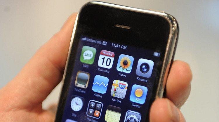 Jean-Claude Frick, expert numérique chez Comparis, souligne le fait que ceux qui regardent des médias sur leur téléphone jettent souvent un rapide coup d'oeil sur les réseaux sociaux (illustration).