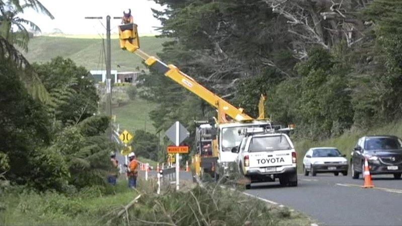 Le cyclone a privé de courant des dizaines de milliers de foyers, entraîné la chute d'arbres et emporté des portions de routes.