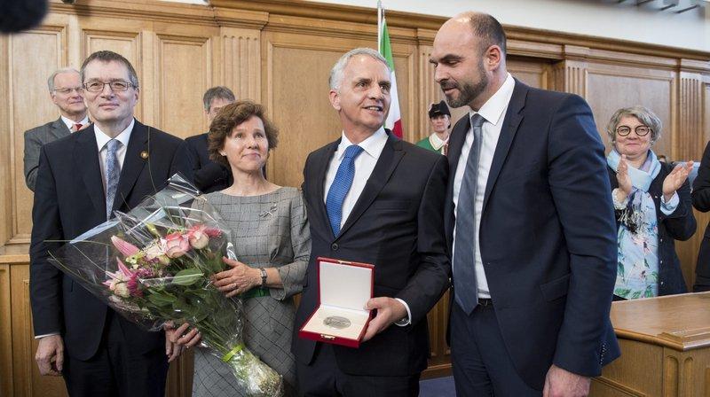 Accompagné de son épouse Friedrun Sabine, Didier Burkhalter a reçu sa médaille des mains de Laurent Favre, président du Conseil d'Etat (à droite), et de Jean-Paul Wettstein, président du Grand Conseil (à gauche).