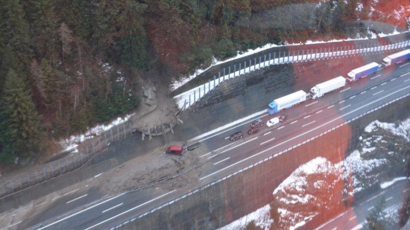 Une camionnette de livraison a été détruite mardi en percutant les gravats qui venaient de s'abattre. Personne n'a été blessé.