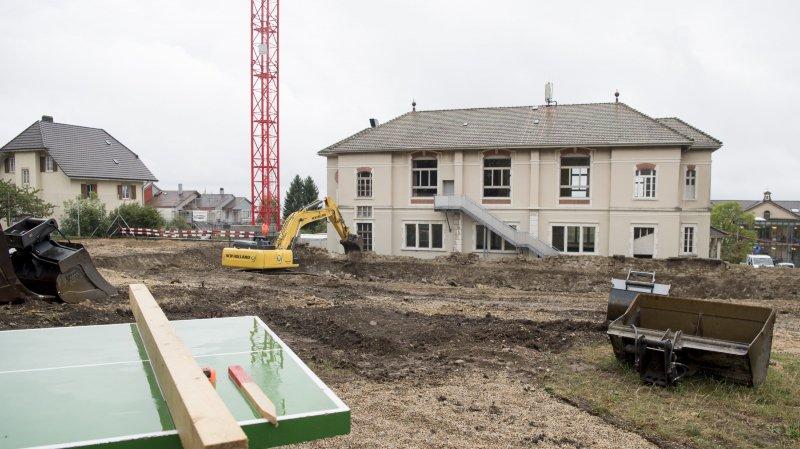 La future salle de gymnastique est en travaux depuis l'année passée (ici en août). C'est désormais officiel, son toit sera couvert de panneaux solaires.