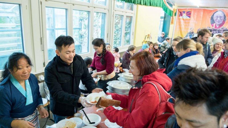 Les membres de la communauté tibétaine ont servi des spécialités de leur pays.