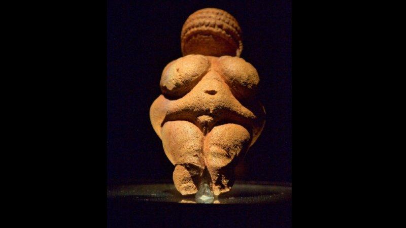 """La Vénus de Willendorf est """"la représentation préhistorique de femme la plus populaire et la plus connue au monde"""", relève le musée."""