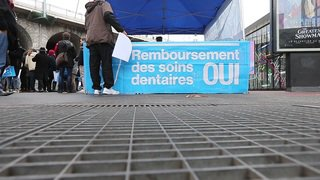 """Flashmob """"OUI"""" pour le remboursement des soins dentaires"""