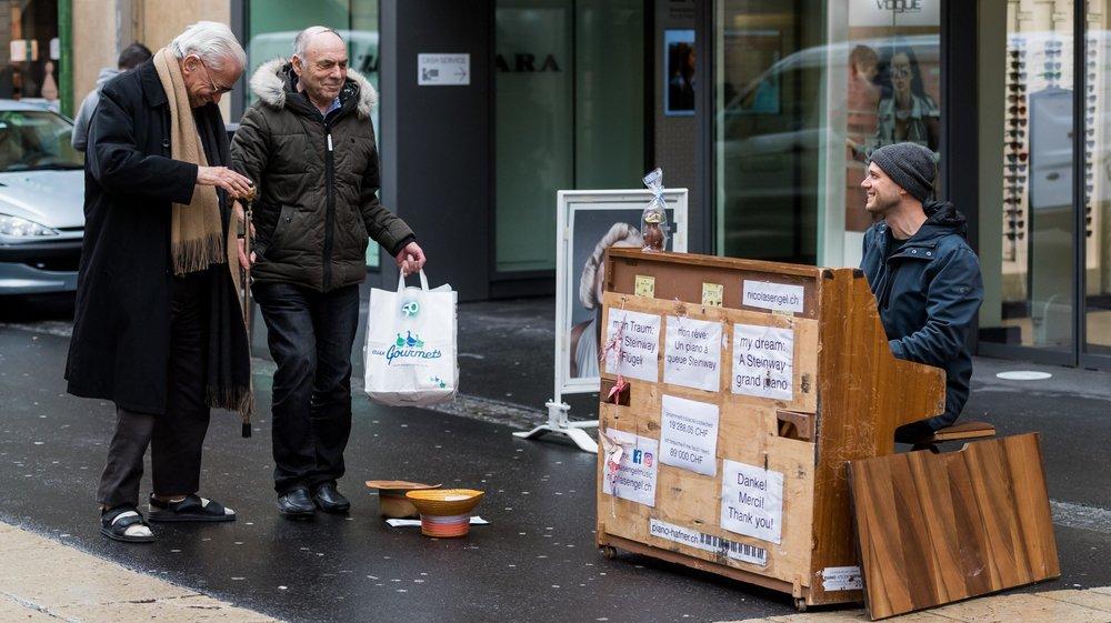 Nicolas Engel joue dans les rues de Neuchâtel pour se payer un Steinway.