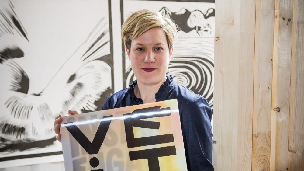 Corinna Weiss brandit  une œuvre de Mathias Forbach, alias Fichtre.