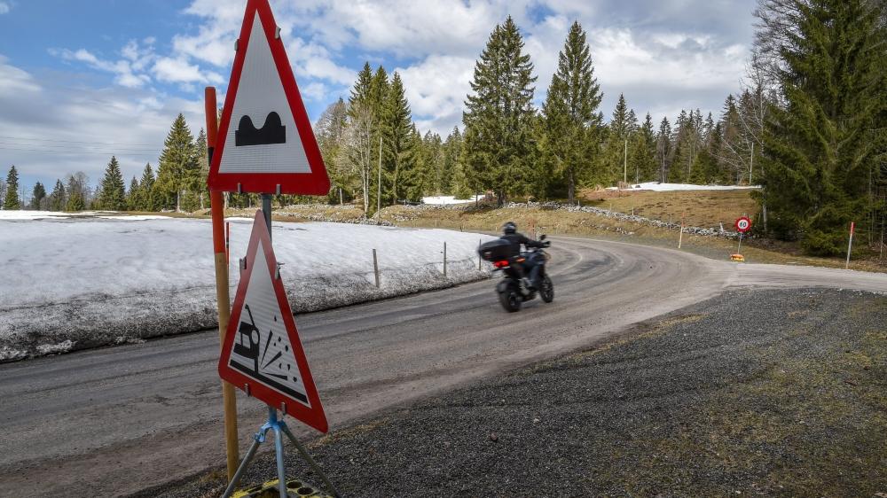 Ces panneaux d'avertissement ont été posés vendredi le long du tronçon entre Les Bayards et La Brévine.