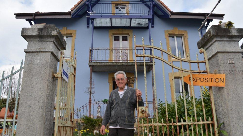 Willi Fasel devant sa maison, rénovée après l'incendie qui a ravagé les combles à l'avant-veille de Noël 2016.