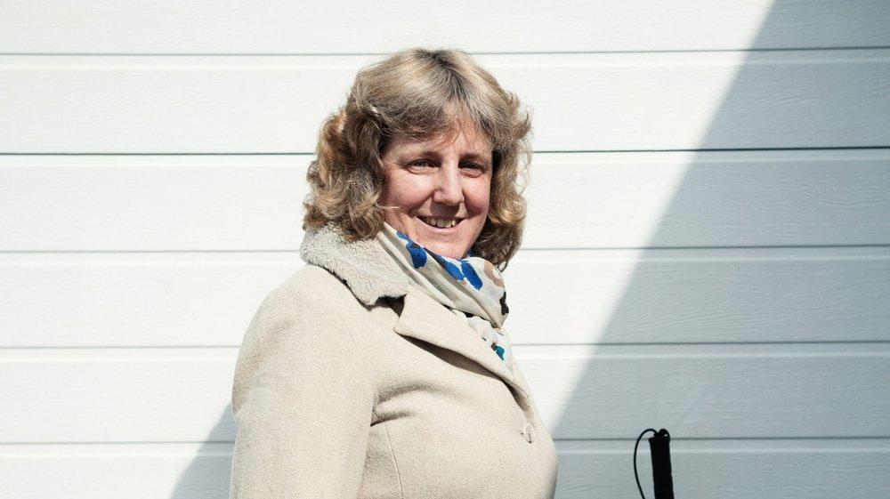 Natacha de Montmollin photographiée devant chez elle à Boudry.