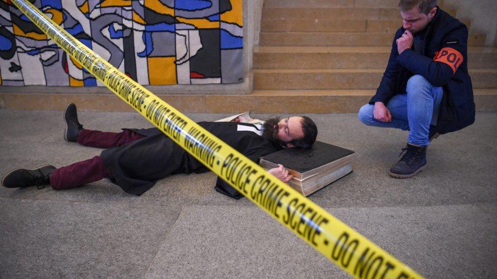 Mais qui donc a assassiné le pasteur du Grand Temple? Martin Nouis  et Arnaud Santschi n'hésitent pas à payer de leur personne pour le photographe d'«ArcInfo».