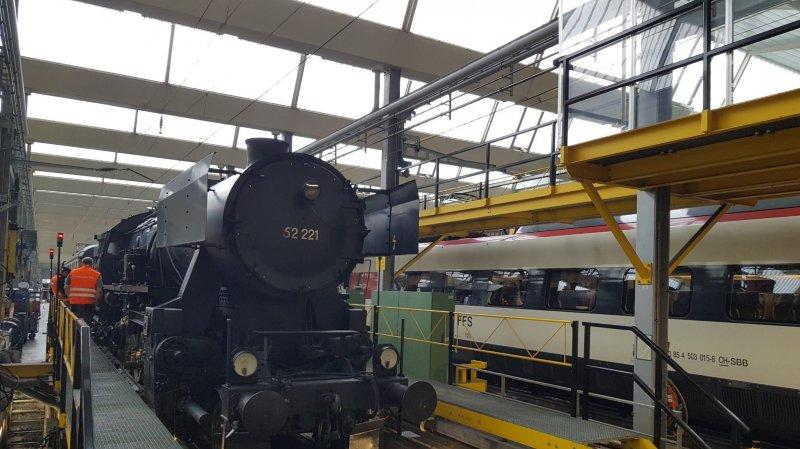 La BR 52 221 au centre d'entretien CFF de Genève, où les bénévoles du Vapeur Val-de-Travers et les techniciens CFF ont réparé ses essieux.