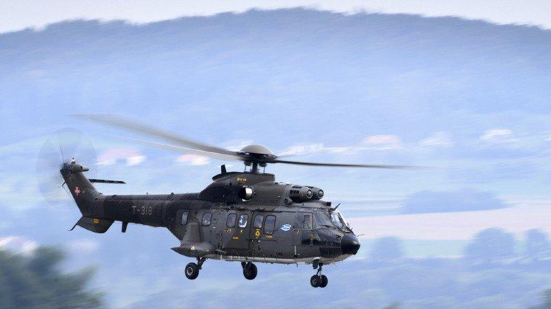 Un hélicoptère de l'armée est dépêché pour rechercher les voleurs. (illustration)