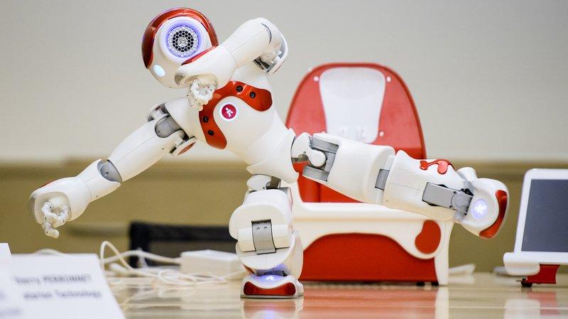 Ce robot humanoïde de 58 cm de haut sait parler, marcher, danser.