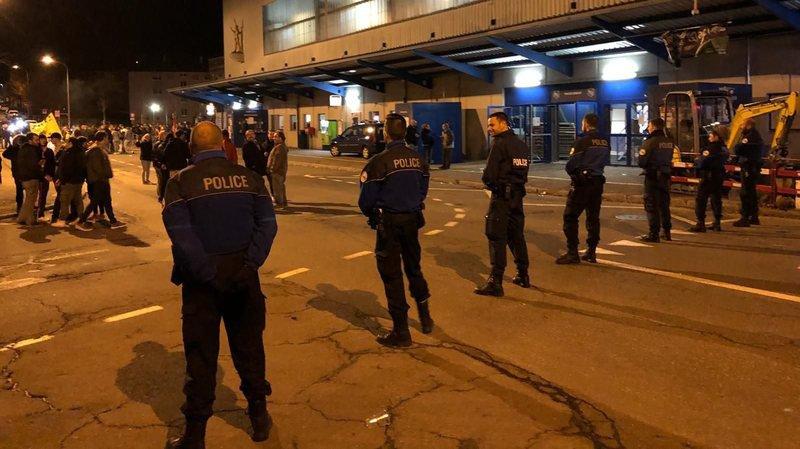 Les policiers ont érigé un cordon de sécurité devant la patinoire des Mélèzes.